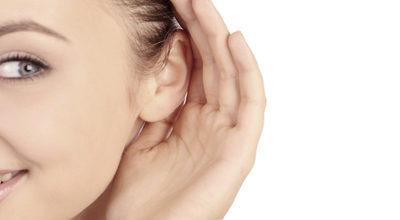 к чему чешется левое ухо у девушки